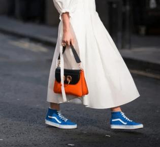 Как носить платье с кроссовками или кедами?