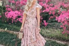 С чем носить платье с цветочным принтом?