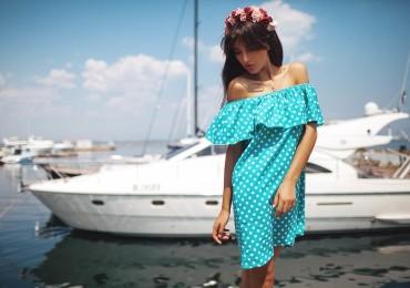 Платья с воланами: особенности фасонов и с чем носить оборки
