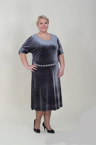 женщина 50 лет в платье из бархата
