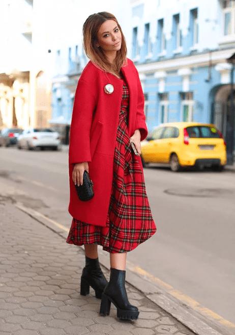платье в клетку с пальто