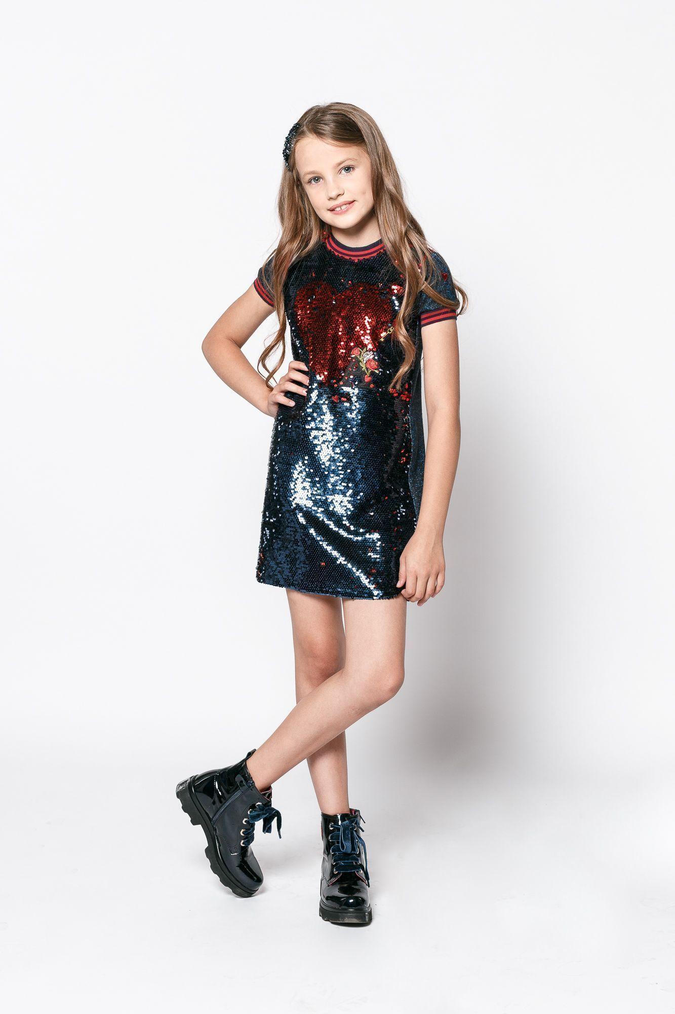 девочка в цветном платье с пайетками