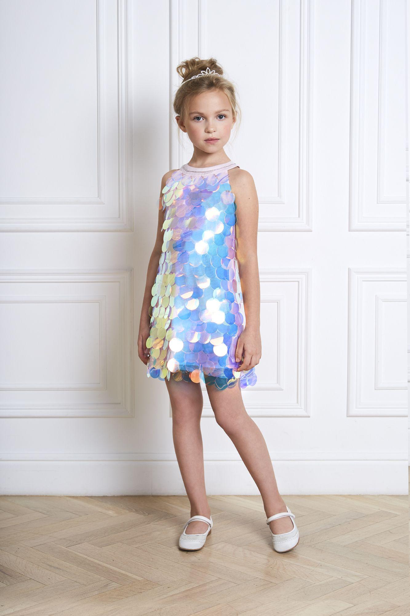 девочка в белом платье с пайетками