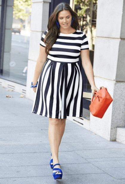 Полная девушка в платье в полоску