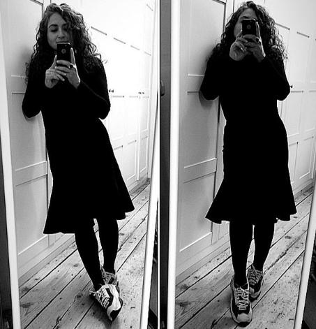 платье с кроссовками и черными колготками