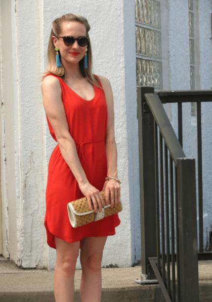 Серьги кисти с красным платьем