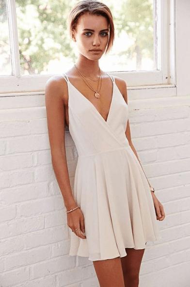 К V-образному вырезу на платье
