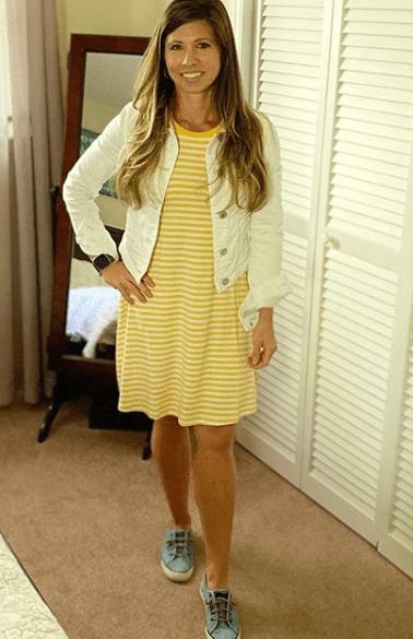 желтое платье с кроссовками
