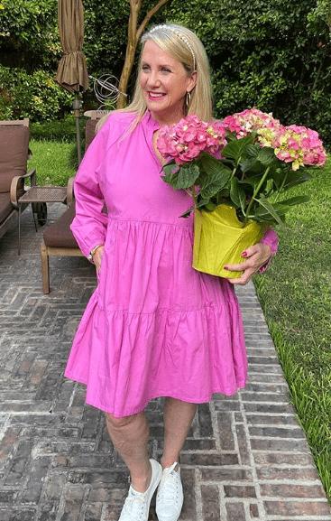 розовое платье с кроссовками