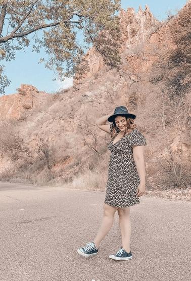 платье с кроссовками и шляпой