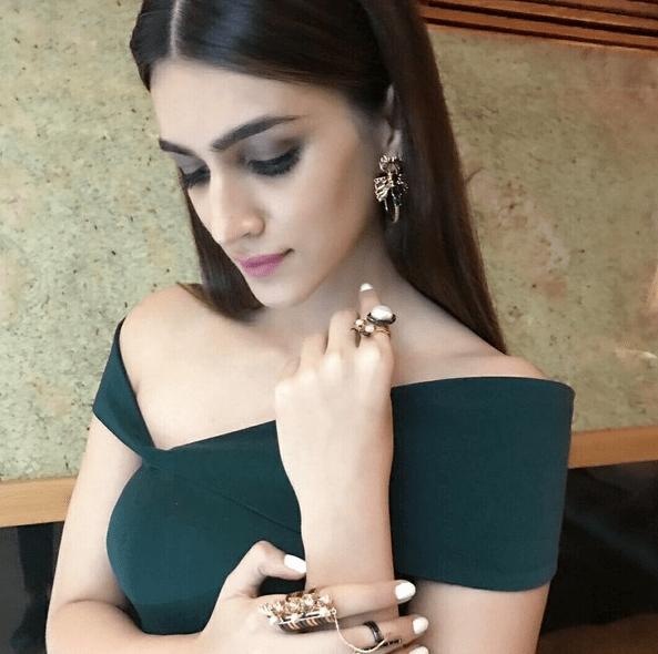 Золотые серьги с зеленым платьем