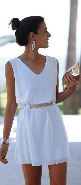 Белое платье с голубыми сережками