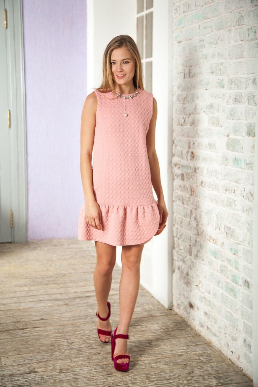Платье с волананами и босоножками