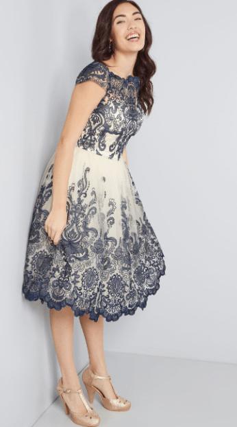 серо-белое кружевное платье