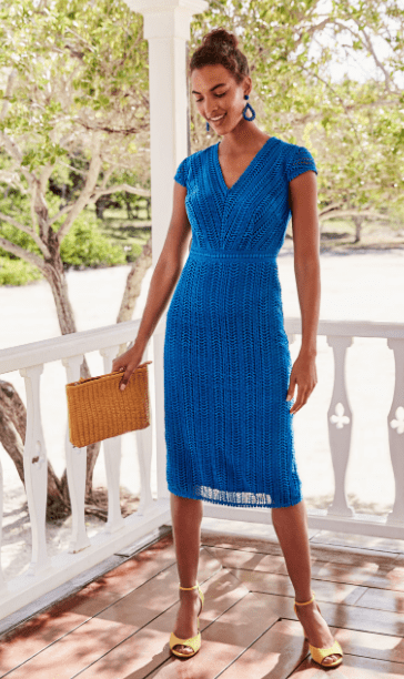 женщина в кружевном платье