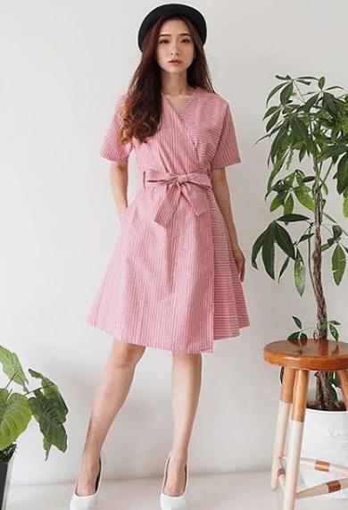 розовое платье с запахом