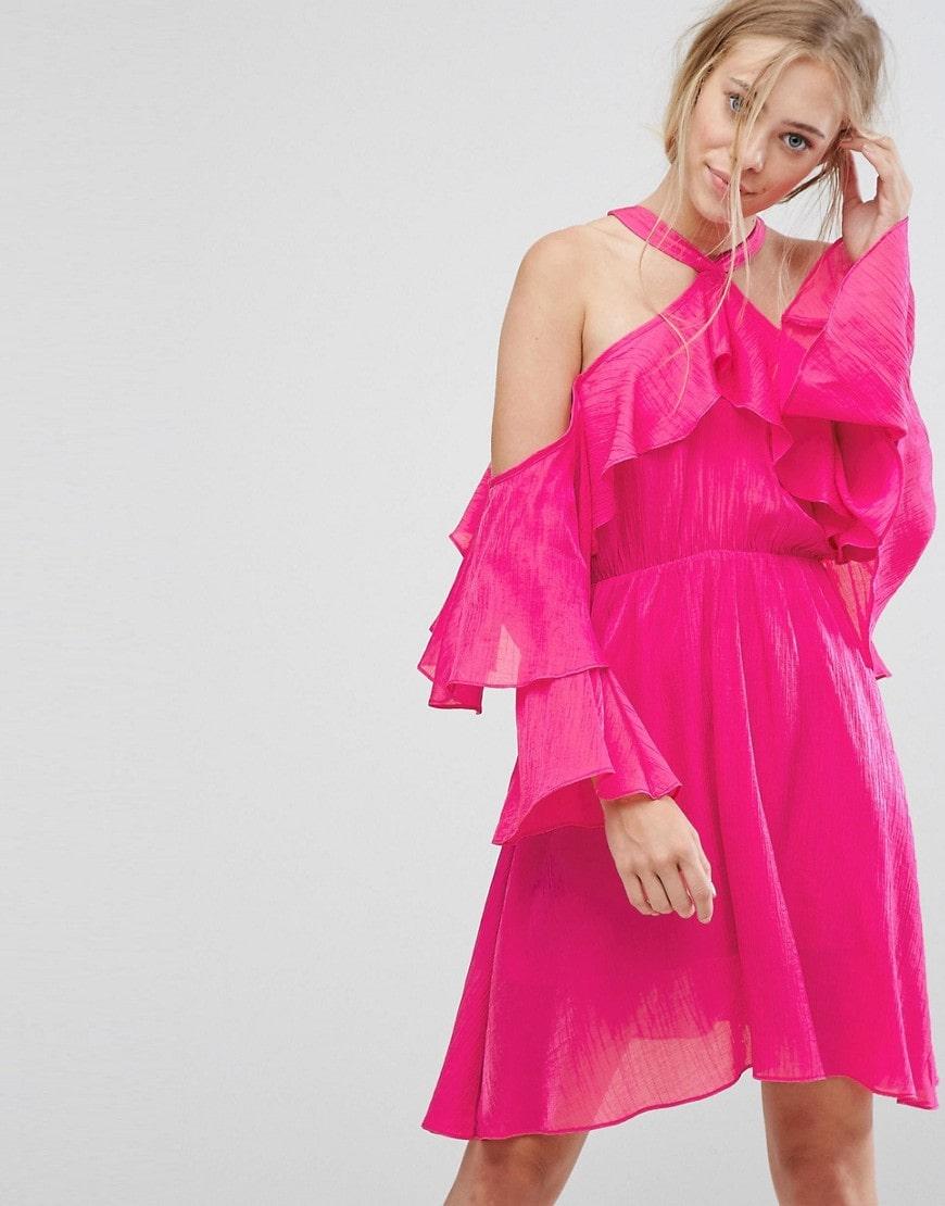 розовое платье с рюшами