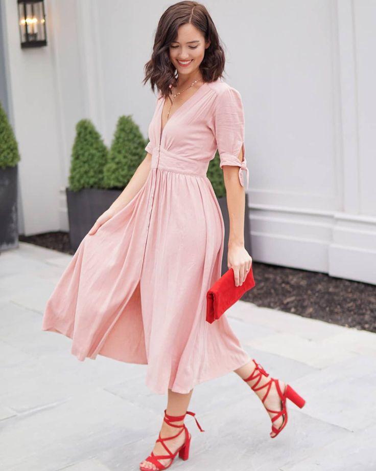 Розовое платье с красными аксессуарами и обувью