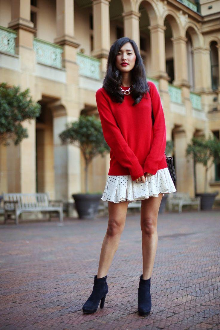 красный свитер и платье клеш