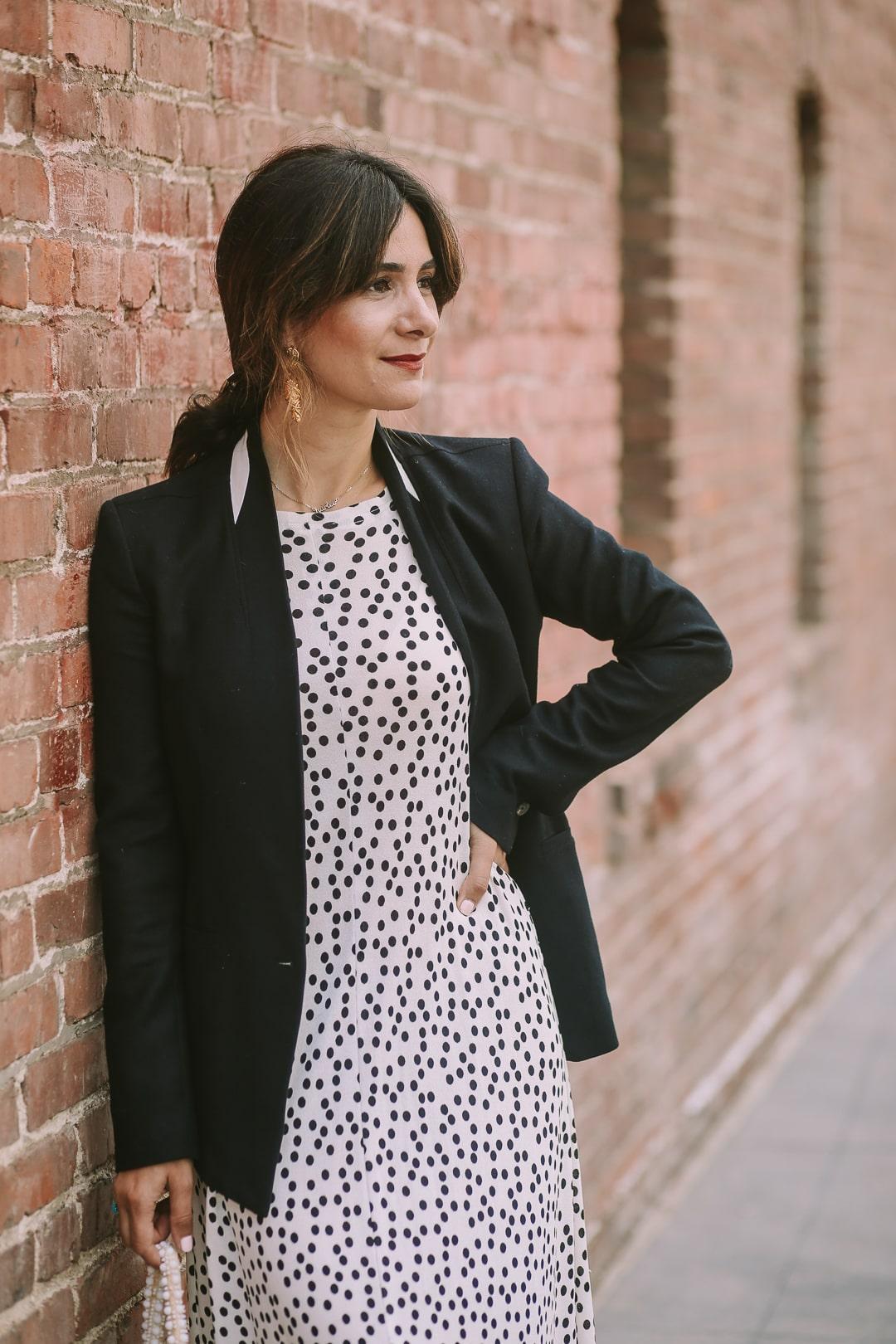 платье в цветочек с черным пиджаком