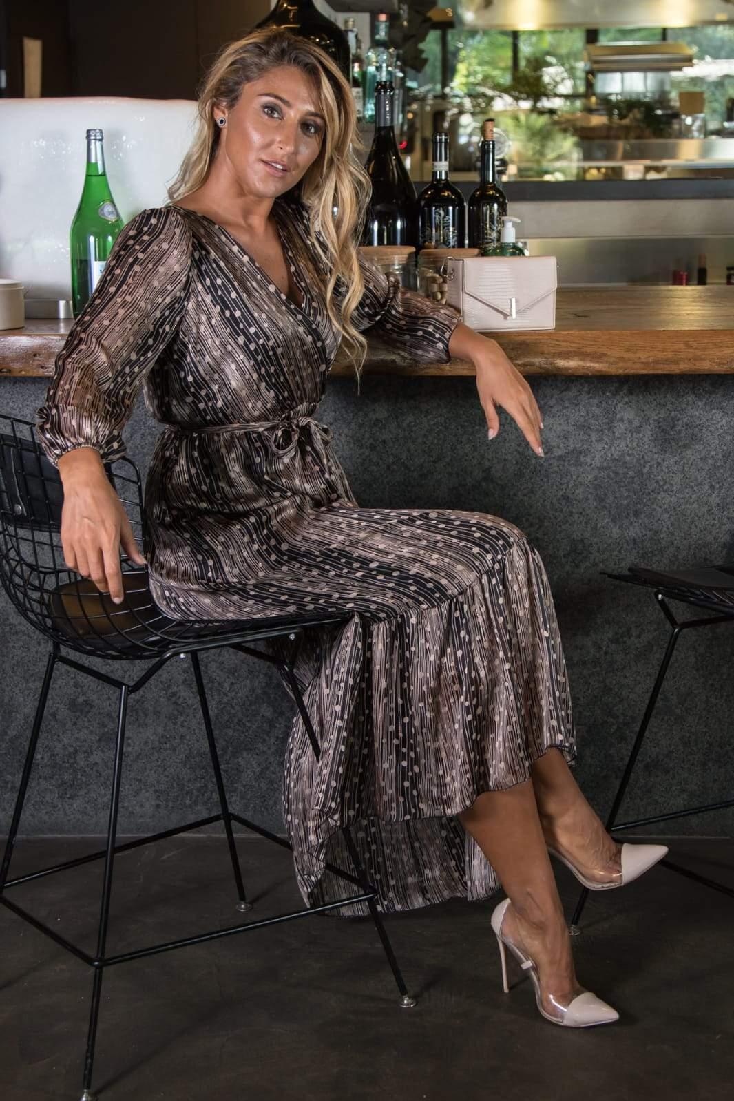 девушка платье с люрексом сидит