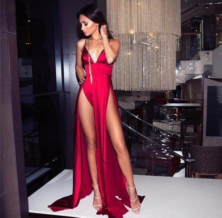красное платье с вырезами