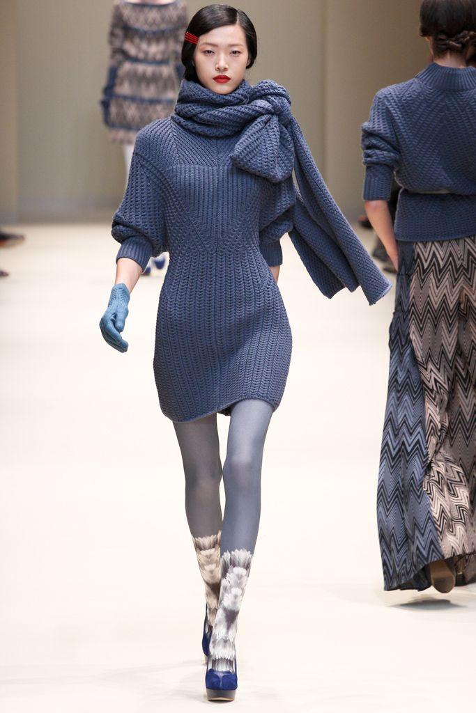 вязаное платье с серыми колготами