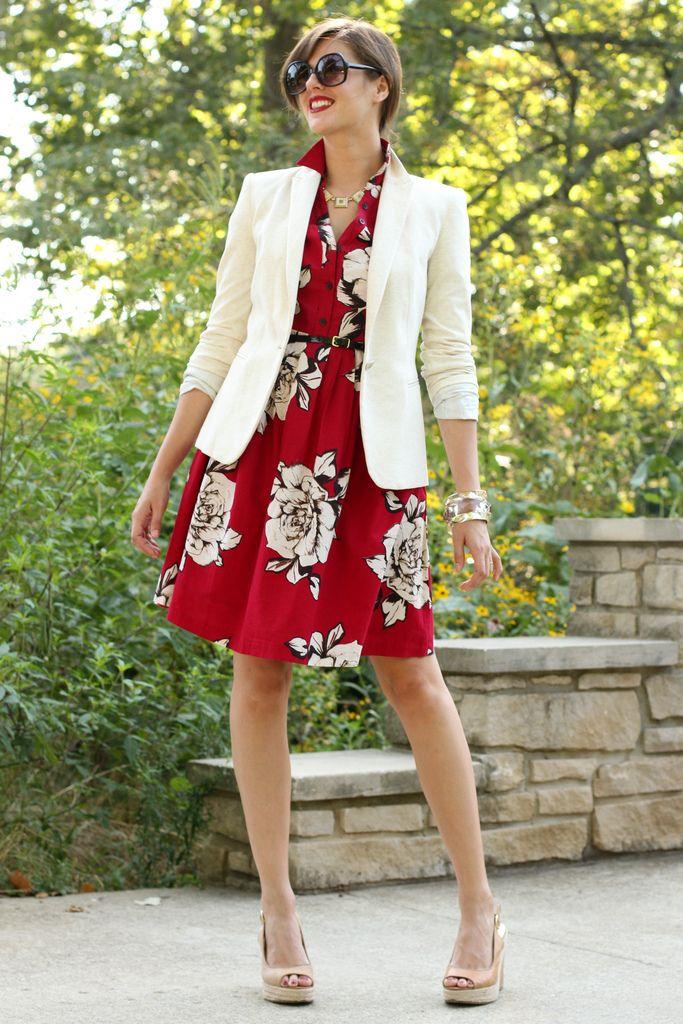 Белый пиджак с ярким красным платьем