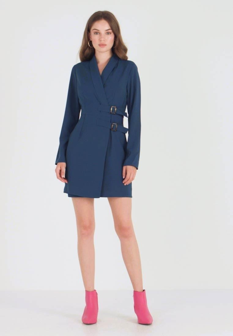 Синее платье пидажк с асимметричной застежкой