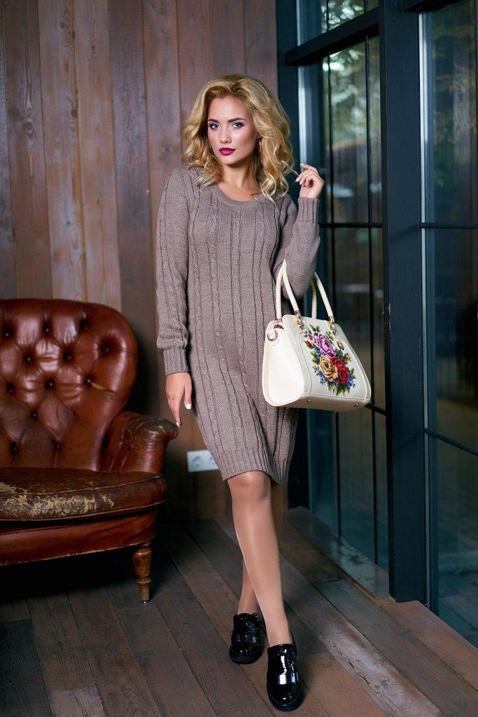 теплое платье с яркой сумкой