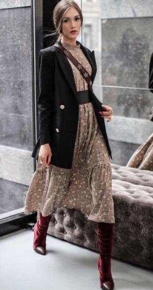 бежевое платье из шифона с пиджаком