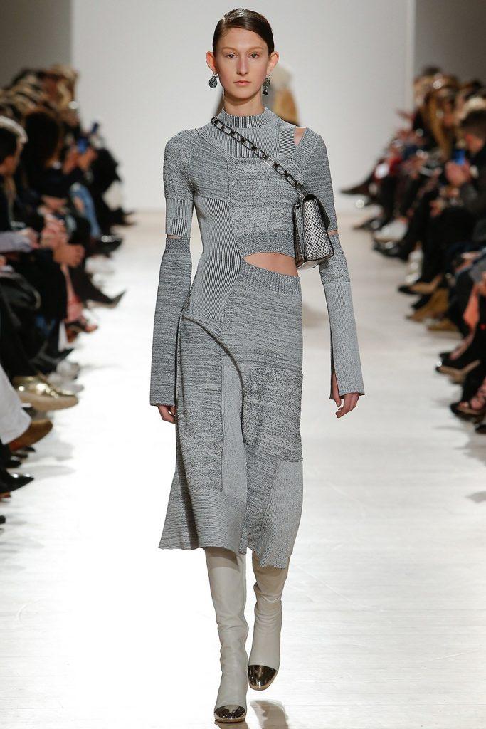 вязаное платье с вырезом