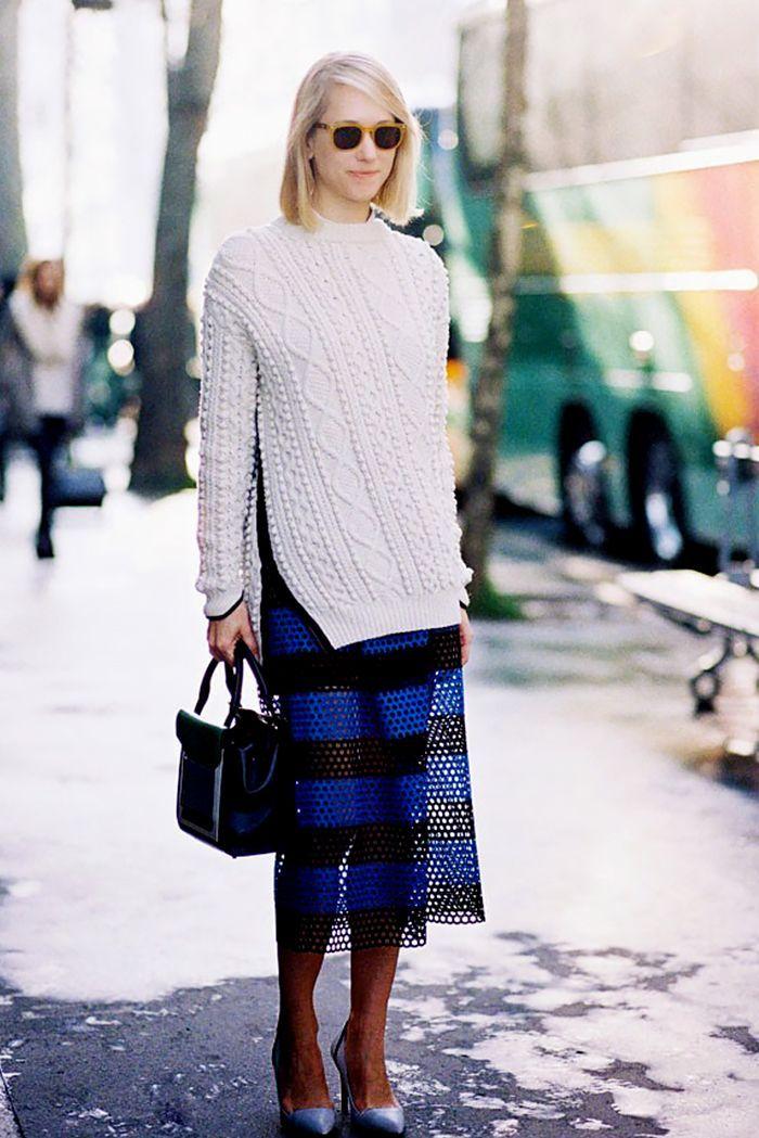 белый свитер и полосатое платье