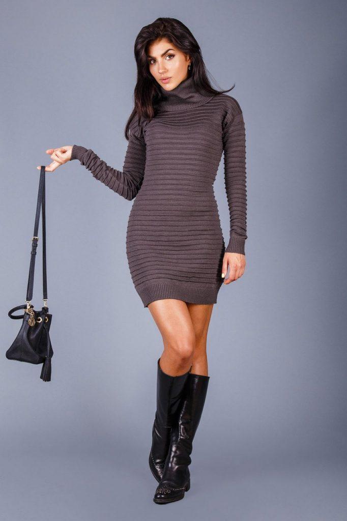 классическое вязаное платье и сумочка
