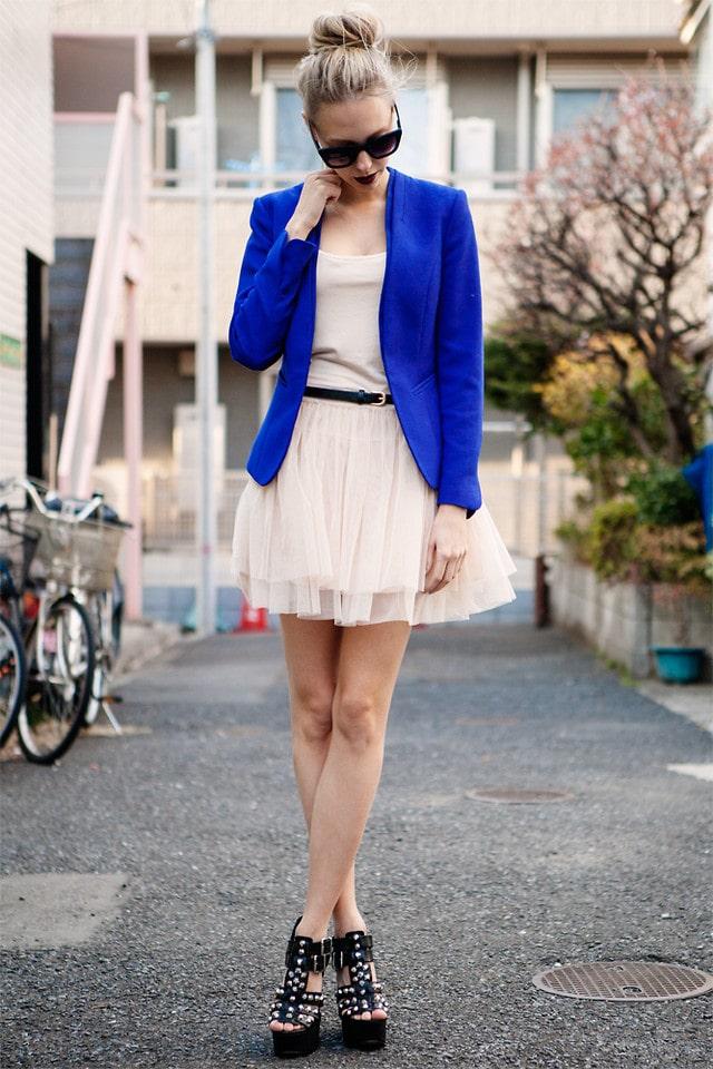 Светлое платье с синим пиджаком