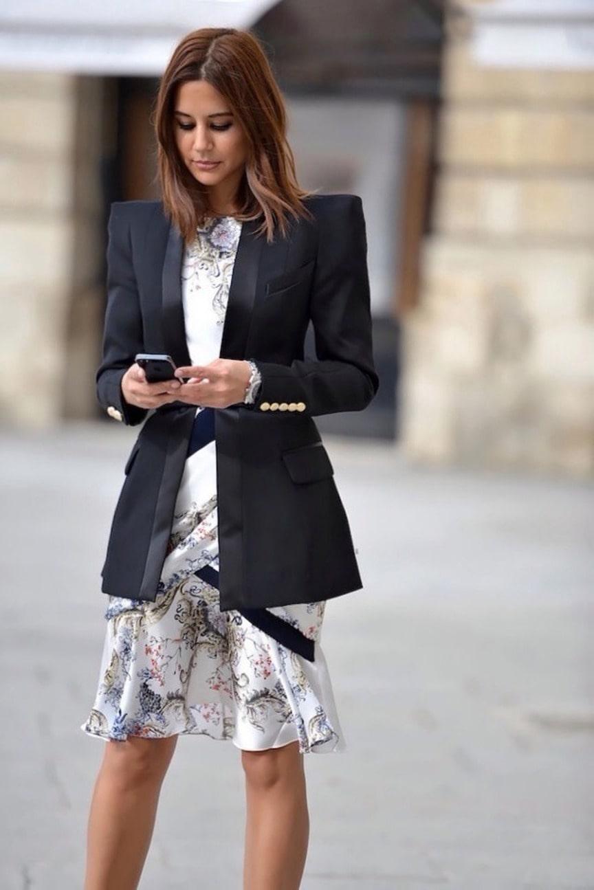 Черный пиджак с легким платьем