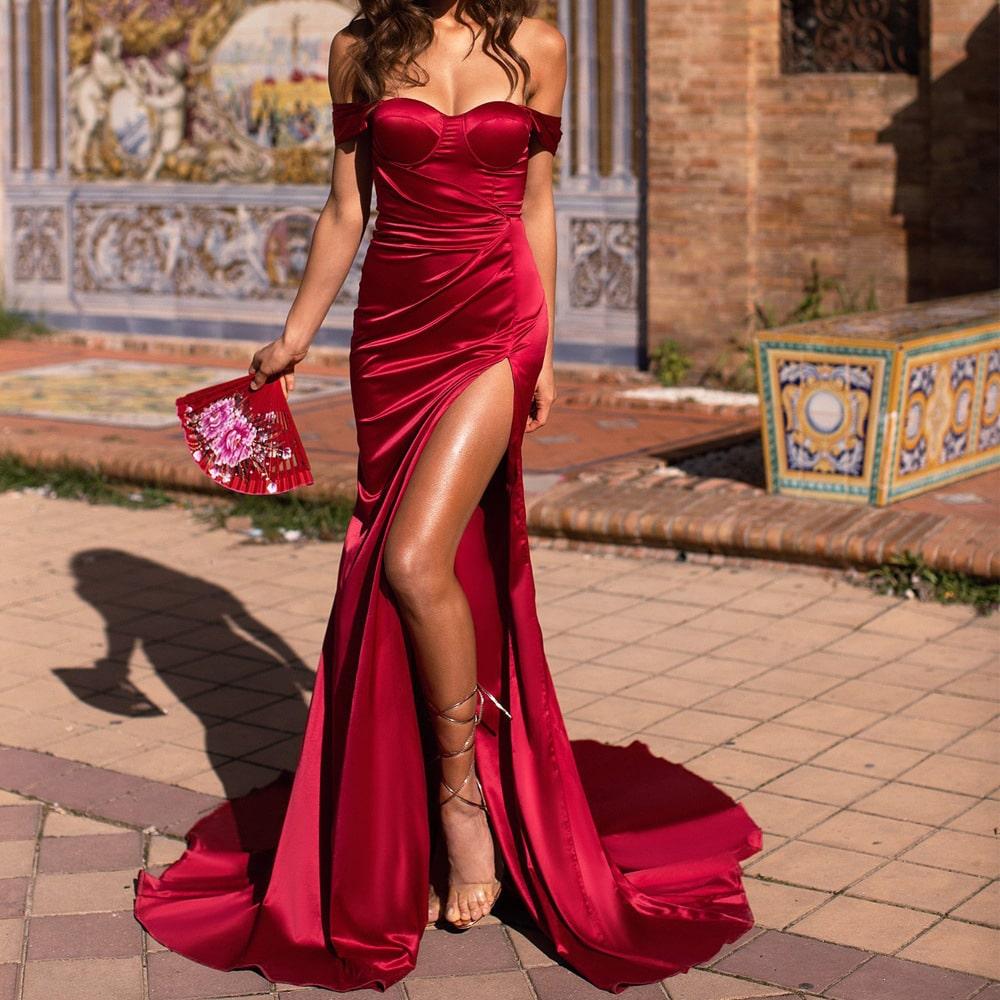 Красивое красное платье с разрезом по ноге