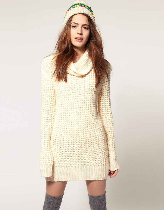 белое вязаное платье с воротником хомутом