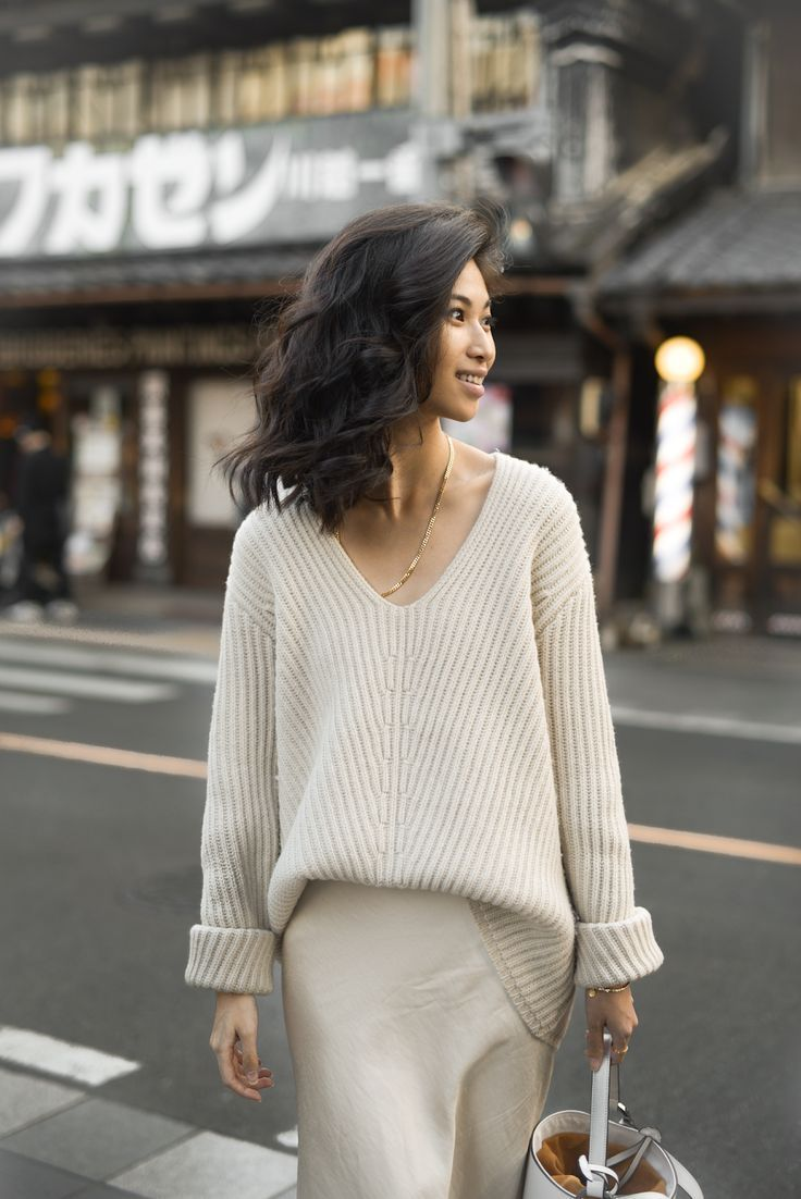 платье и свитер с V-вырезом