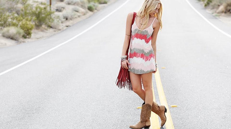 платье с ковбойскими ботинками