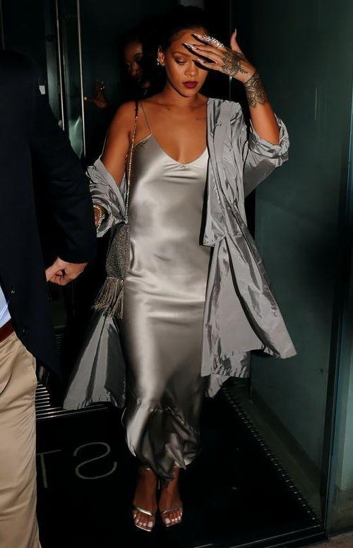 платье в бельевом стиле с плащом