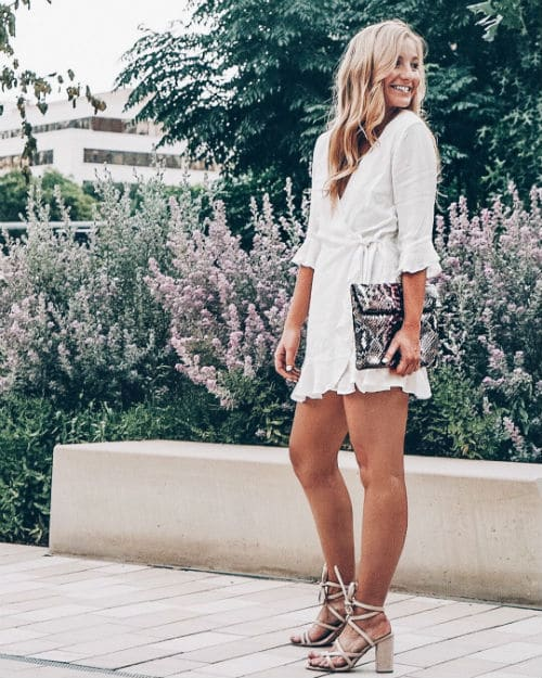 женщина невысокого роста в платье с запахом