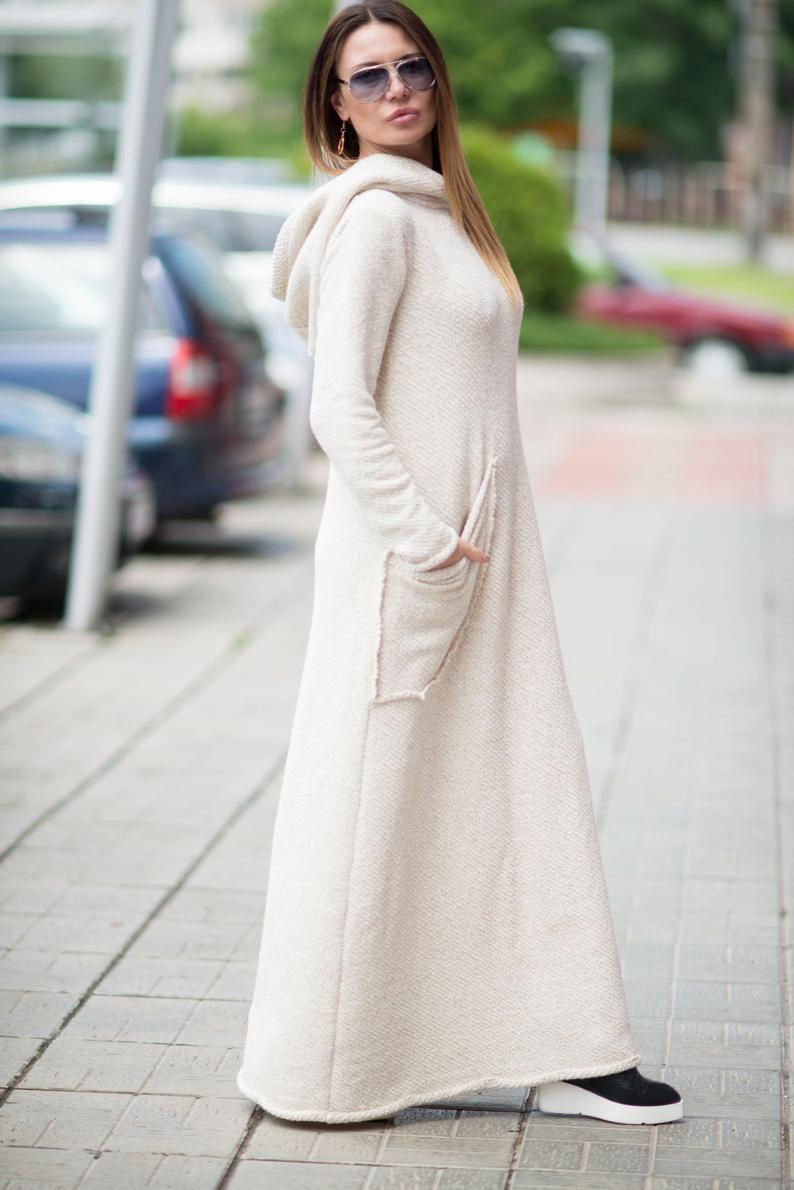 белое платье с капюшоном