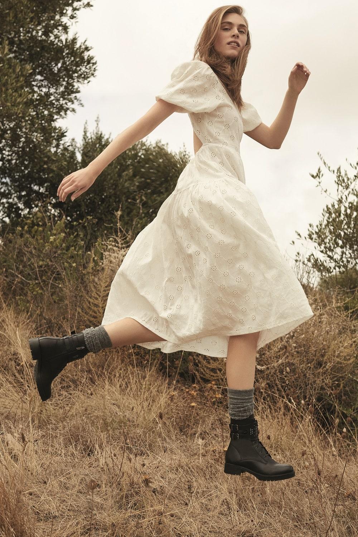 белое платье и ботинки