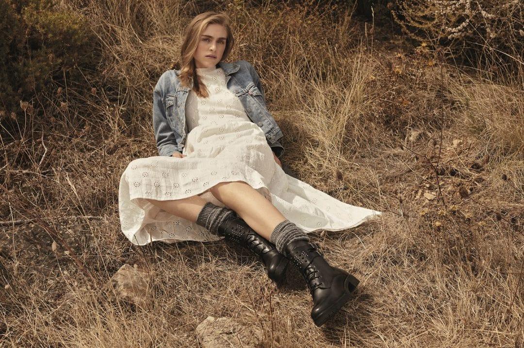 платье с ботинками и джинсовкой