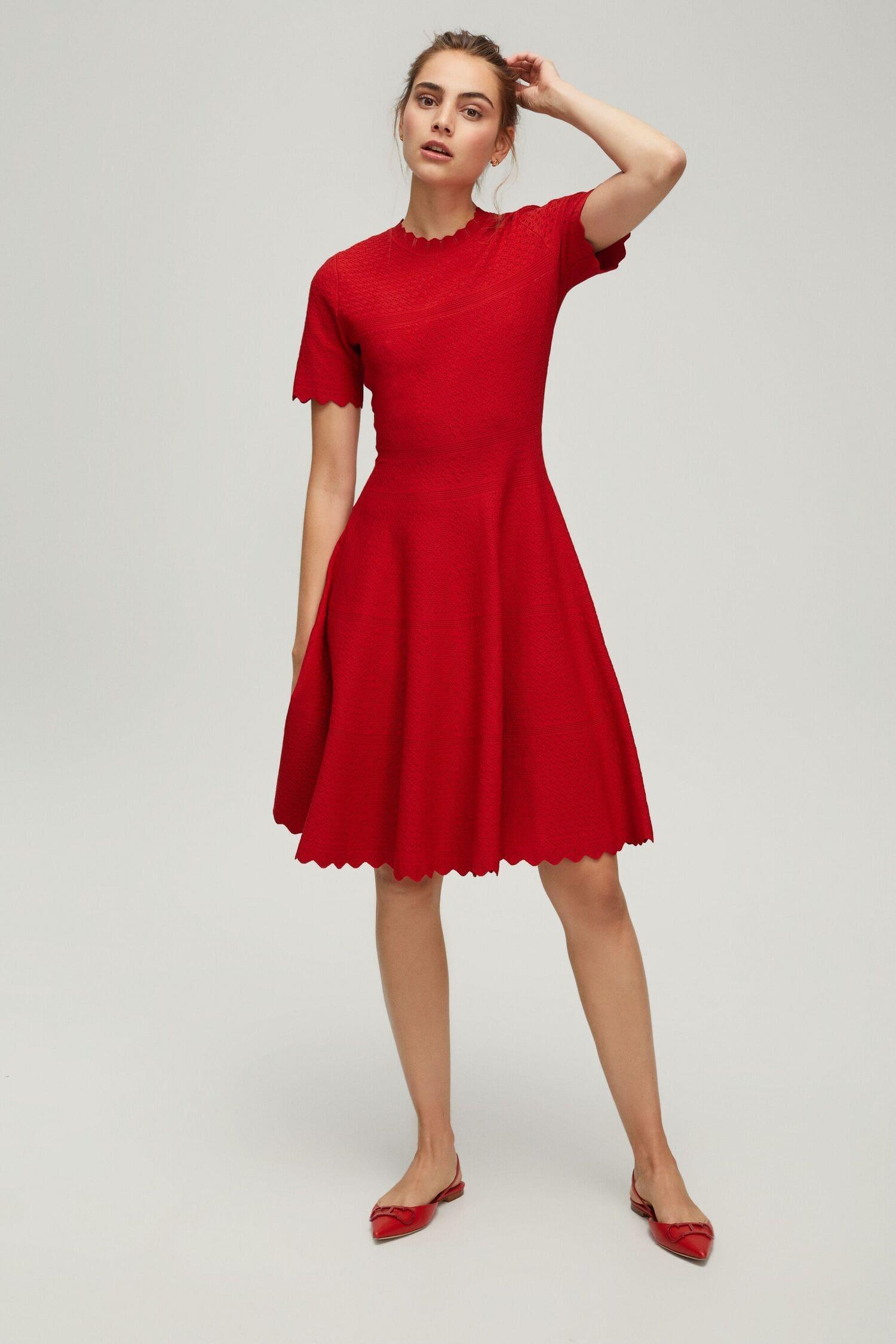 красное платье из жаккарда