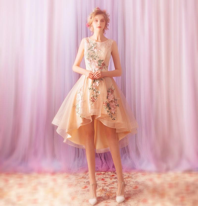 девушка в розовом платье маллет