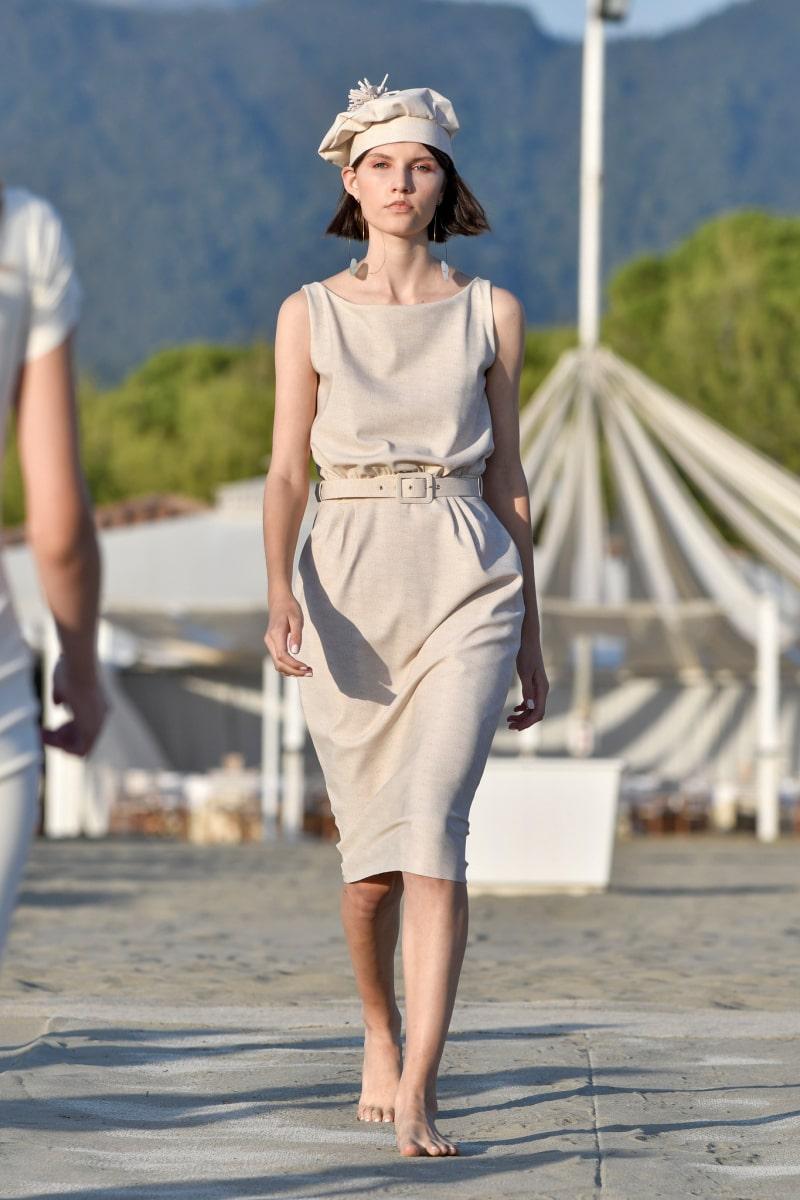 невысокая женщина в платье тюльпан