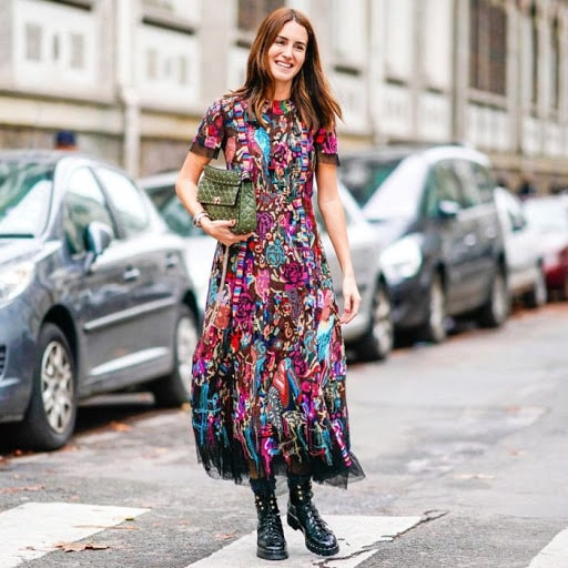 цветное платье с ботинками