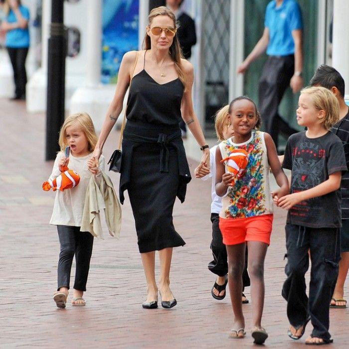 Джоли на прогулке с детьми